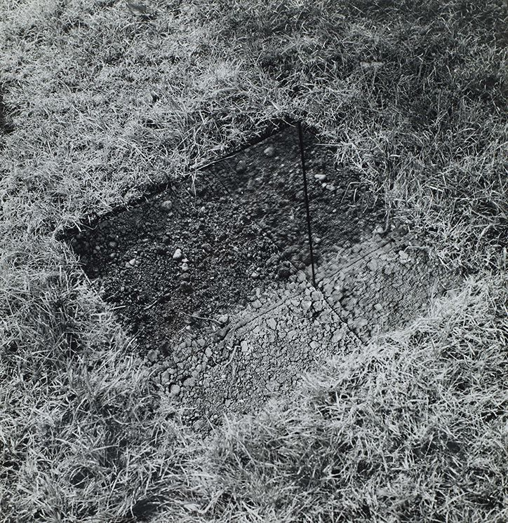 Mirror-Lined Pit (earth bottom) 1968 (first executed June 1969)